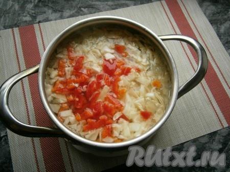 Когда овощи в кастрюле будут практически готовы, добавить к ним нарезанную кусочками (или нашинкованную) капусту и нарезанный кусочками болгарский перец, предварительно очищенный от семян.