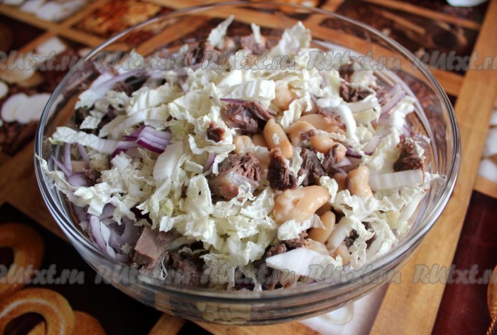 салат из фасоли и крабовых палочек и сухариков