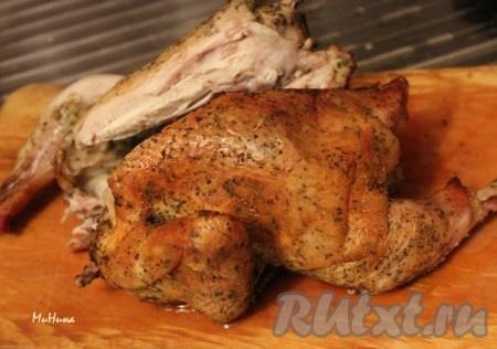 Курица на соли ароматная и румяная, приготовленная в духовке, готова.