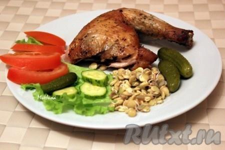 Курицу можно подавать на стол целиком, а можно нарезать на порционные кусочки.
