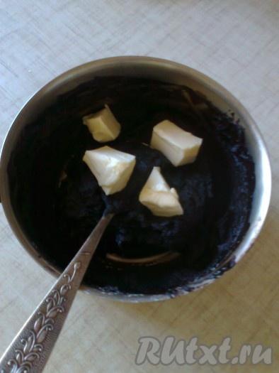 Охладить шоколадную смесь до тёплого состояния, затем добавить мягкое сливочное масло.
