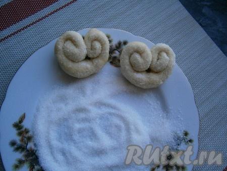 2 столовые ложки сахара смешать с ванильным сахаром, верх плюшек посыпать этой смесью, придавливая сахар.