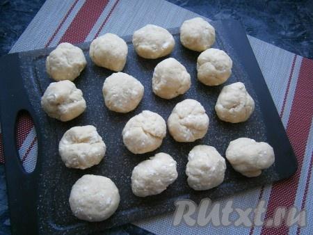 Разделить тесто на 16 частей. Каждая часть теста, приблизительно, по 45 грамм.