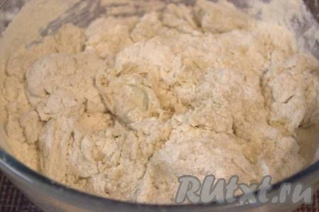 Оставшуюся часть муки постепенно добавить в тесто. Замесить эластичное, не липнущее к рукам, мягкое тесто.