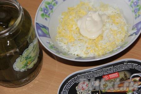 Добавить сюда же майонез и мягкий плавленный сыр.