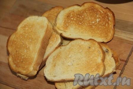 Кусочки батона подсушить на сухой сковороде или в тостере.