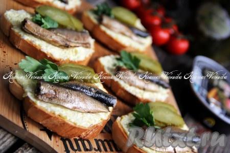 Как приготовить бутерброды со шпротами и солёным огурцом