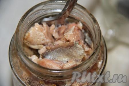 Консервированную горбушу размять вилкой (если в покупных консервах из горбуши много масла, его можно слить и в дальнейшем не использовать).