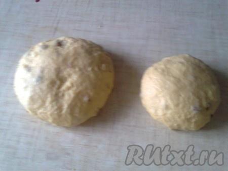 Накрываем тесто и оставляем в тёплом месте на 1 час. Затем, в зависимости от того сколько куличей надо испечь, на столько частей делим тесто. Подкатываем тесто в форме шара.