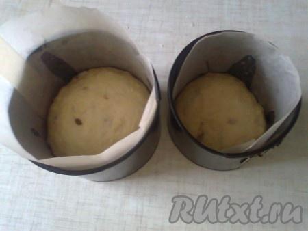 Раскладываем готовое тесто в формы, заполняя их на 2/3 объёма.