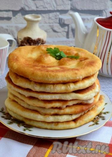 """Сложить необычайно вкусные, пышные, мягенькие казахские лепёшки """"Шелпеки"""" стопочкой и подать в тёплом виде."""