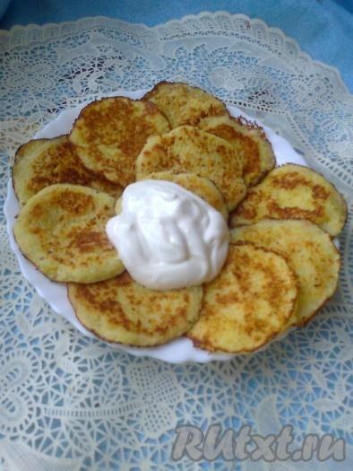 Подавать очень вкусные картофельные драники, приготовленные без добавления муки, в горячем виде со сметаной.