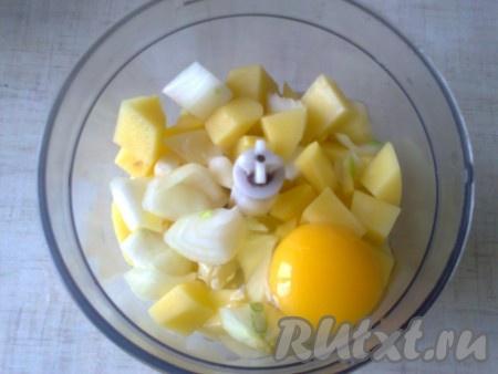 Выложить нарезанные картошку, чеснок и лук в чашу измельчителя (блендера), добавить яйцо, посолить и поперчить.