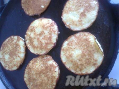 Обжаривать картофельные драники на среднем огне с двух сторон до румяной корочки.
