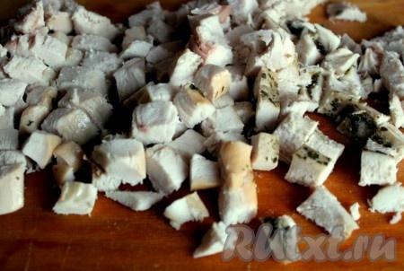 Куриное мясо порезать кубиками.