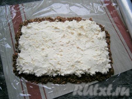Поверх массы из печенья выложить творожную массу и также аккуратно её разровнять по всему печенью.