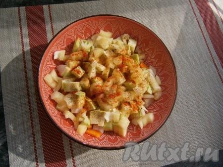 Добавить нарезанные на небольшие кубики кабачки и нарезанный на небольшие кусочки сладкий болгарский перец, всыпать соль, приправу, паприку и молотый чёрный перец, перемешать и поместить в СВЧ ещё на 5 минут с прикрытой крышкой.
