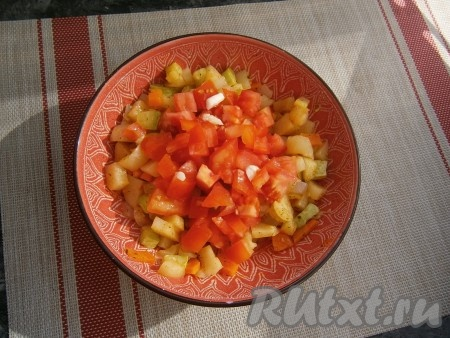 Далее добавить измельчённый чеснок и нарезанный кубиками помидор, влить растительное масло, снова перемешать и отправить овощное рагу, прикрыв крышкой, в микроволновку ещё на 5 минут.