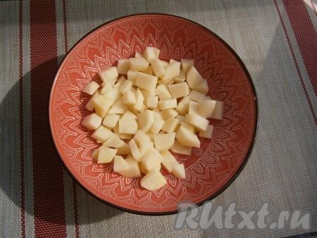 Картошку, морковь, чеснок и лук очистить. Если у кабачка нежная кожица и маленькие семечки, их можно оставить и готовить вместе с ними. В глубокую толстостенную миску, которая пригодна для готовки в микроволновке, выложить картофель, нарезанный небольшими кубиками, затем влить воду и отправить в СВЧ на 5 минут при мощности 750 Ватт, прикрыв миску крышкой с выходом пара.