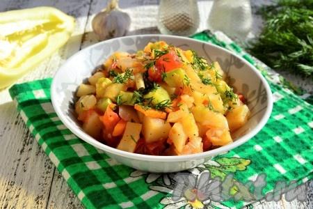 Подавать очень вкусное и полезное овощное рагу, приготовленное в микроволновке, можно и тёплым, и полностью охлаждённым.