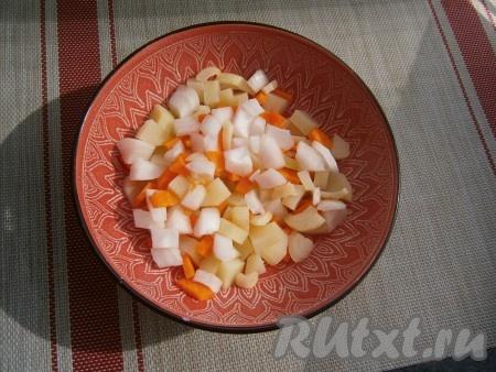 Затем достать миску с картошкой из микроволновки, добавить нарезанную кубиками морковь и нарезанный кусочками лук.