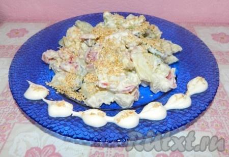 Перед подачей овощной салат с курицей заправить майонезом, посолить по вкусу, сверху посыпать жареным кунжутом и подать к столу.