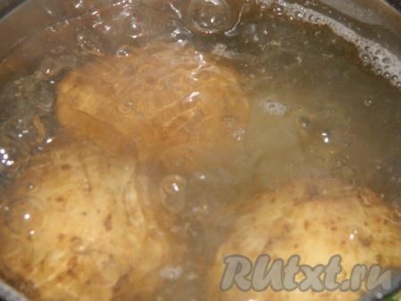 Картофель сварить в кожуре до готовности.
