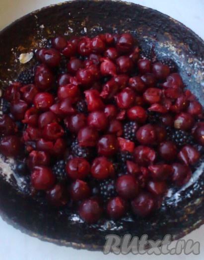 Из вишни удалить косточки. Форму для выпечки смазать сливочным маслом и заполнить дно ягодами.