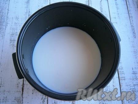 Молоко налить в чашу мультиварки, добавить щепотку соли.