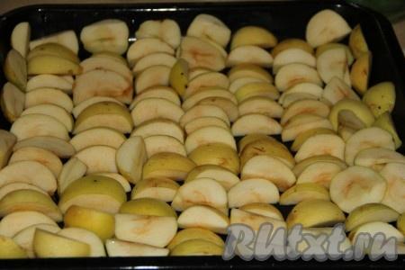 Яблоки вымыть и удалить сердцевинку, от кожуры не чистим. Нарезать на дольки. Я среднее яблоко разрезала на 8 долек. На противень плотно выложить дольки яблок.