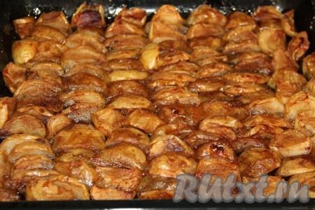 Поставить противень с яблоками в разогретую духовку и запекать минут 25 при температуре 200 градусов.