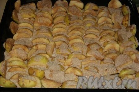 Посыпать яблочные дольки сахарно-коричной смесью.
