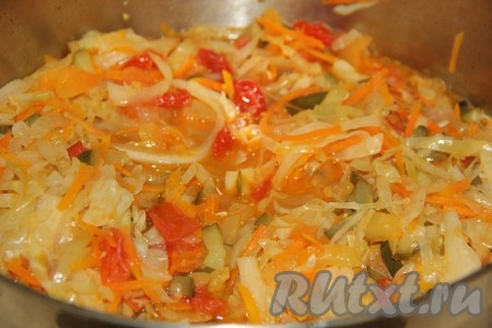 Варить овощную солянку с момента закипания 40 минут на медленном огне, периодически перемешивая.