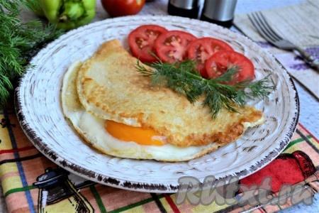 Таким образом, белок яйца полностью свернётся, а желток останется жидким, но хорошо пропарится. Вот так просто можно приготовить очень вкусный, сытный, нежный овсяноблин из молока, яиц и овсяных хлопьев. Блюдо подаём к столу, посыпав (или украсив) зеленью, и дополнив любыми овощами.