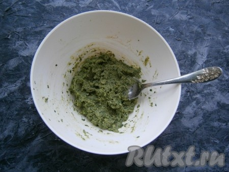 Измельчить смесь петрушки, грецких орехов и сыра погружным блендером до состояния пасты. Если соус песто получится слишком густым (это зависит от сочности петрушки), добавьте чуть больше оливкового масла.