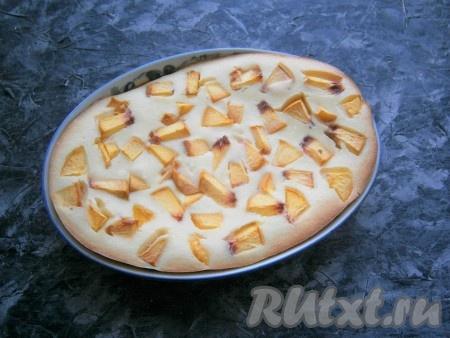 Выпекать творожную запеканку с персиками в разогретой духовке около 45-60 минут при температуре 180 градусах (готовность проверяйте деревянной шпажкой).