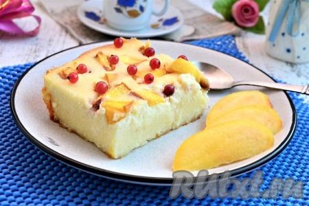 Достать вкуснейшую и нежнейшую запеканку с персиками из духовки, дать ей остыть в форме до тёплого состояния, а затем можно нарезать и подать к столу со сметаной или вареньем. Хотя и полностью остывшая запеканка остаётся нежной, воздушной и вкусной. Украсить запеканку можно любыми мелкими ягодами.