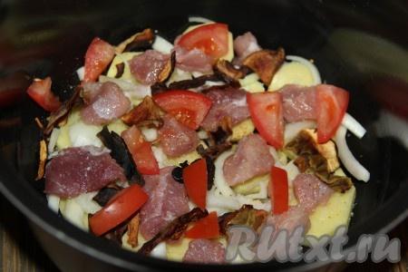 Далее разложить половину помидоров, нарезанных на дольки.