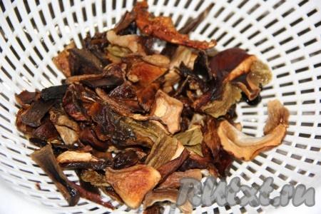 Сушёные грибы выложить в дуршлаг и промыть под горячей водой. Если используете свежие шампиньоны, то тоже промойте их.