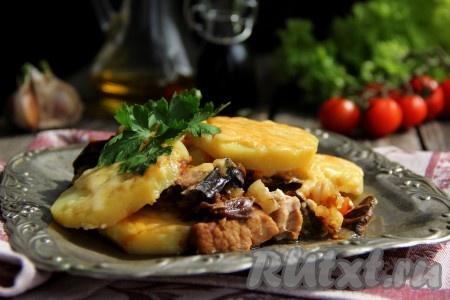Вот такая аппетитная и очень вкусная свинина с картошкой и грибами получилась в мультиварке. Сразу же подаём это сытное блюдо к столу.