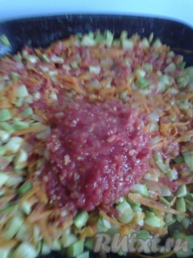 Добавить помидоры, перемешать и на среднем огне потушить овощи около 20 минут, периодически помешивая.