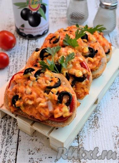 Запекать при температуре 180 градусов в разогретой духовке 10-15 минут. Подавать вкусные, хрустящие горячие бутерброды, приготовленные с помидорами и сыром, сразу же к столу.