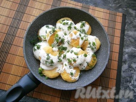 Прикрыть сковороду крышкой и на слабом огне протушить картофляники в течение 5 минут. Готовое блюдо посыпать свежемолотым чёрным перцем и измельчённой зеленью укропа и лука.