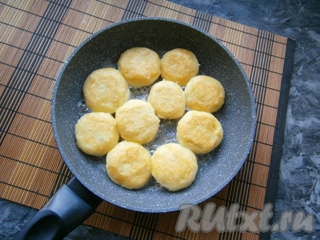 Обжарить картофляники на среднем огне до румяности, перевернуть и также жарить до румяного цвета.