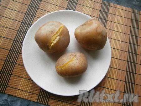 Картофель вымыть и отварить в кипящей воде до готовности (варить 25-35 минут после закипания воды).