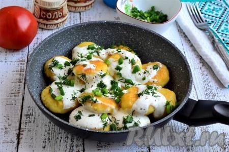 Подавать сытные и очень вкусные украинские картофляники к столу в горячем виде.