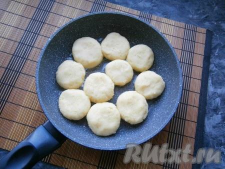 Сковороду разогреть с растительным маслом и выложить биточки. Если не поместятся все (у меня получилось 14 штук), обжаривать в два этапа.
