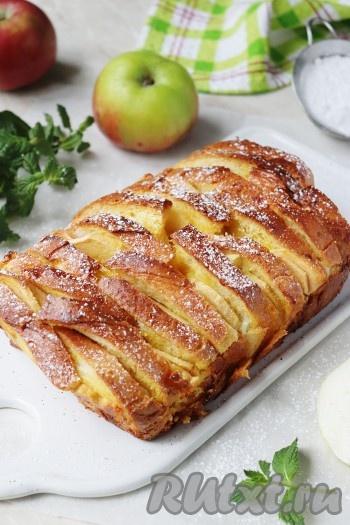 Вот и всё, очень вкусная, аппетитная шарлотка из батона с яблоками готова. Дайте ей немного остыть, после чего аккуратно достаньте из формы, можно посыпать сахарной пудрой и подавайте на стол. Ленивая шарлотка готовится очень просто, даже тесто замешивать не нужно, а получается отличной, попробуйте!