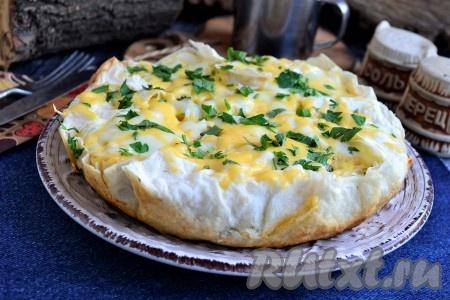 Сразу же вкуснейший пирог, приготовленный из лаваша с сыром на сковороде, можно подавать к столу, нарезав его на части.