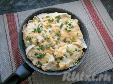 Посыпать готовый пирог измельчённой свежей зеленью петрушки.